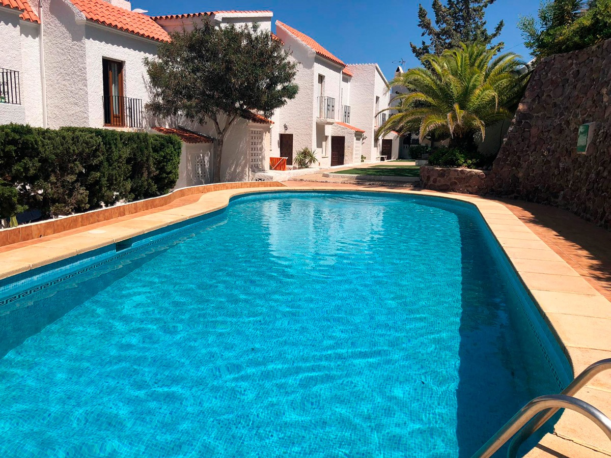 Exterior de la casa y piscina